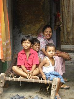Iloinen_perhe_pikku_kujalla_delhi_2