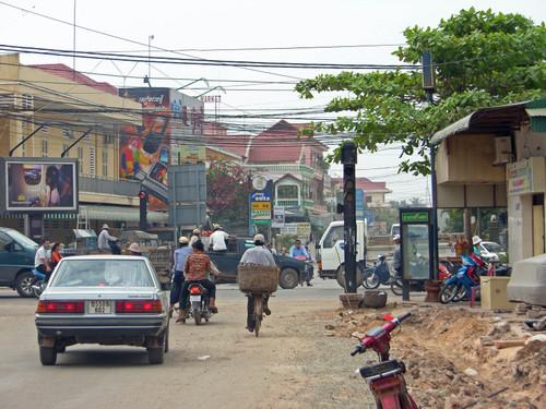 Pölyistä katunkymää Siem Reap