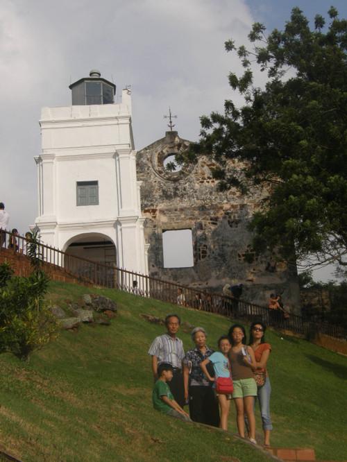 Perhe poseeraa kirkon raunioilla