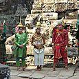 Juhla-asuisia tanssijoita Angkor Thom