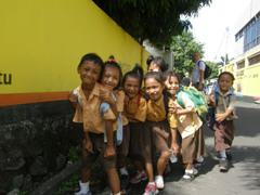 Lapsia_koulupuvussa_manado_sulawesi