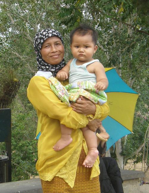 Äiti ja poika Borobudurilla