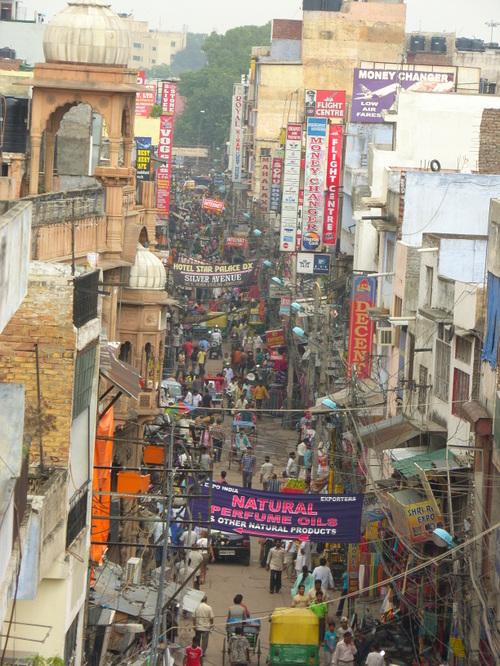Näkymä bazaarikadulle Delhissä
