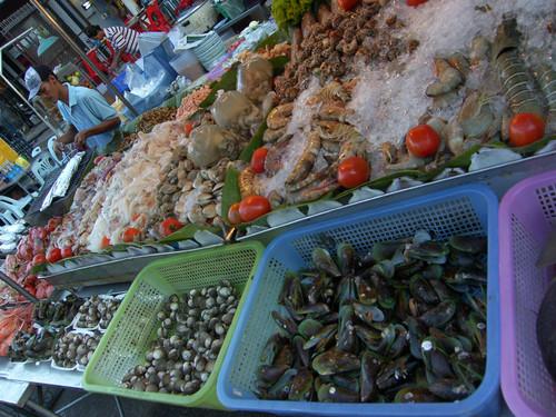 Simpukoita ja äyriäisiä tarjolla Hua Hin